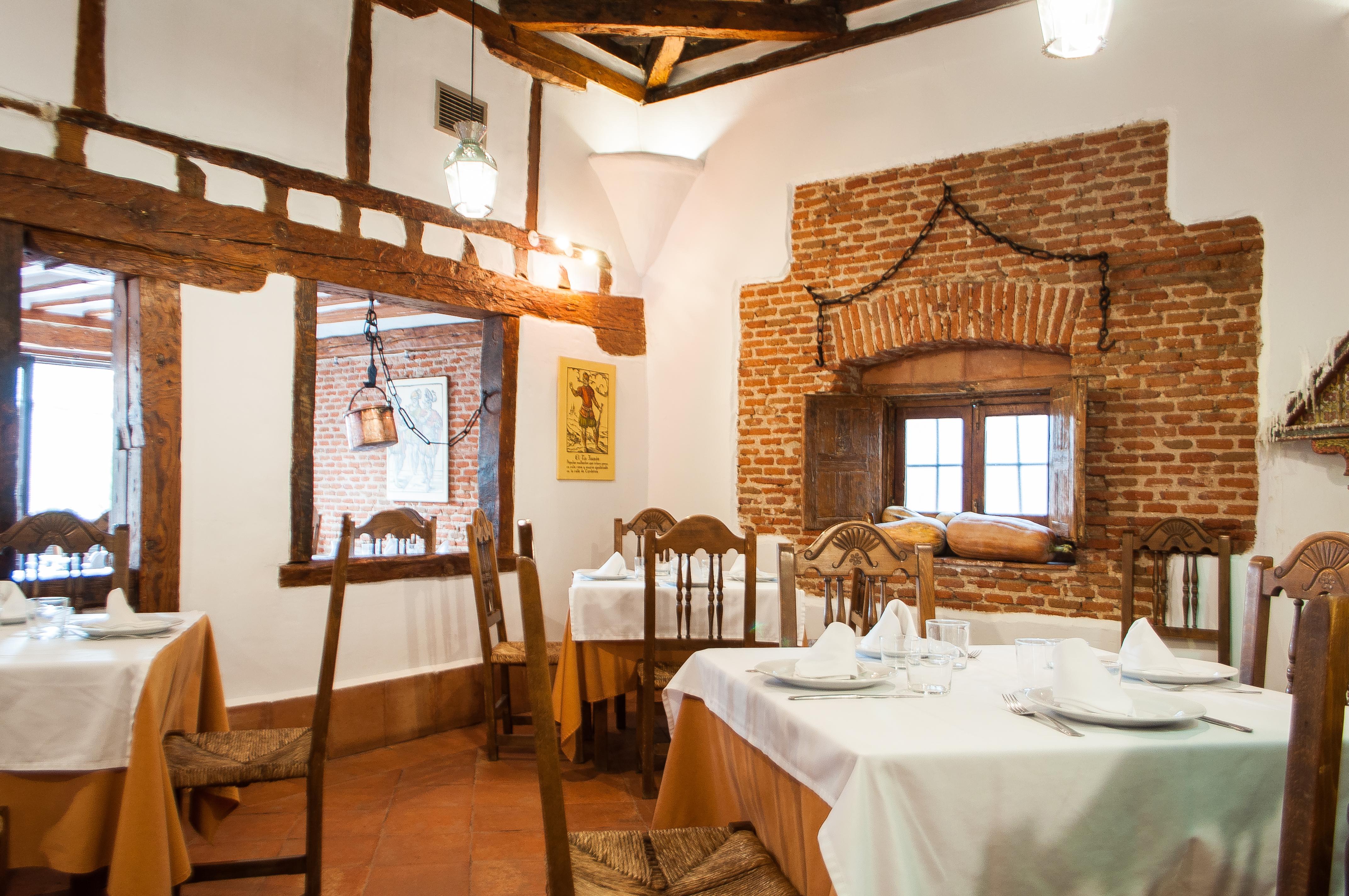 Interior del comedor del Restaurante El Tio Juanon en Navalcarnero Madrid